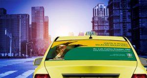 Confira a arte do anúncio em Taxidoor para o Museu da Seleção nos Táxis da FAROL